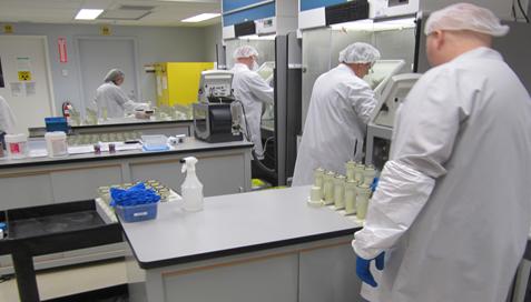 Travailleurs du secteur nucléaire transformant des substances nucléaires en radio-isotopes